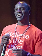 Akon Pleads Not Guilty to Fan-Tossing