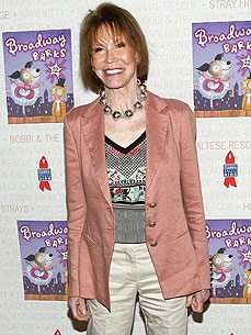 Mary Tyler Moore's Pit Bull Senses Her Diabetes