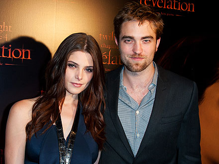 Robert Pattinson & Ashley Greene Share Dinner with Pals in Paris