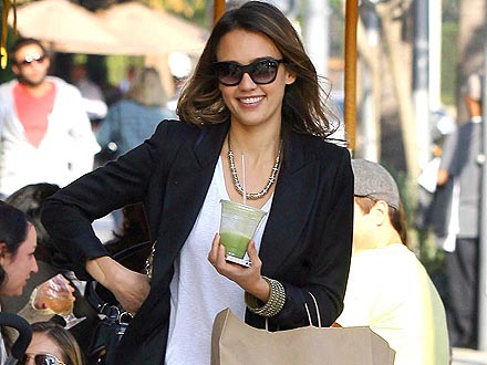 Jessica Alba Drinks Celery & Apple Juice for Lunch