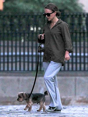 Natalie Portman Walks Her Dog (PHOTO)