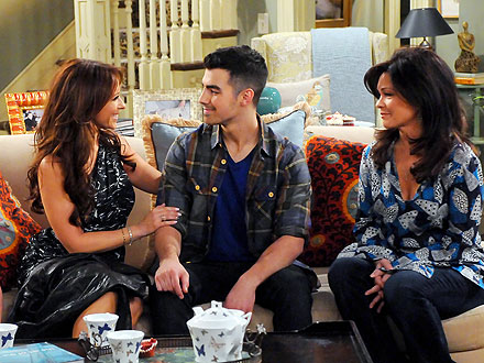 Jennifer Love Hewitt, Joe Jonas on 'Hot in Cleveland'