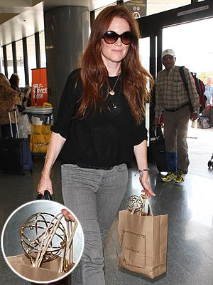 Emmys: Julianne Moore Carries Her Game Change Award in Paper Bag