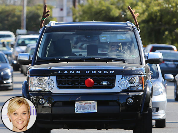 Reese Witherspoon Spreads Holiday Cheer While Stuck in Traffic