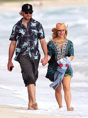 Jessica Simpson Walks on the Beach in Hawaii
