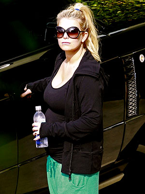 Jessica Simpson Takes Her Bump for a Workout