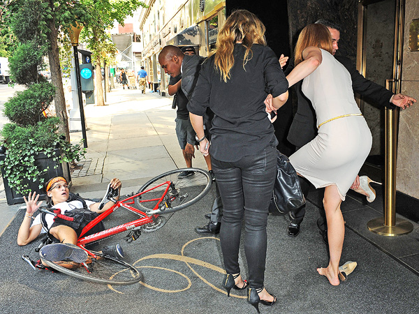 Nicole Kidman Knocked Down by Cyclist on Sidewalk