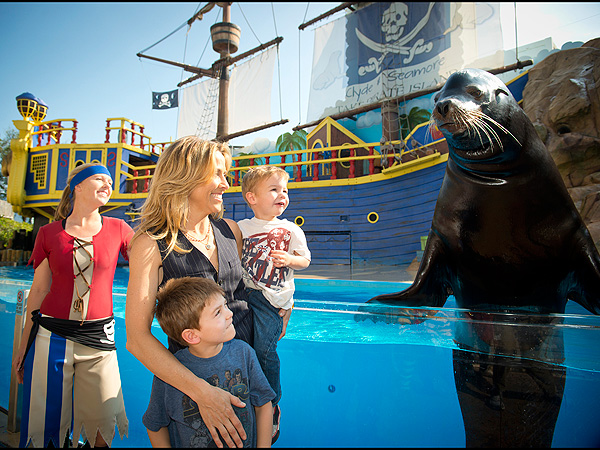 Sheryl Crow with Sea Lion at SeaWorld Orlando: Photo