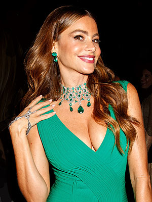Sofia Vergara Sings 'Jingle Bells' (Very Badly)