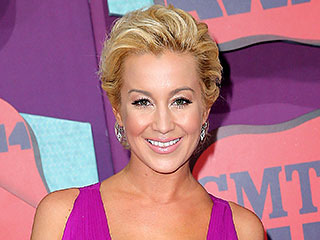 Kellie Pickler Gets Her Feline Fix by Helping Feed the Poor House Cats of New York | Kellie Pickler