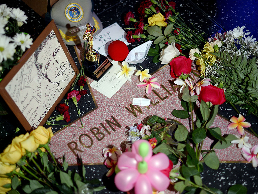 Robin Williams Dies: Fans Create Tribute & Shrines to Late Actor