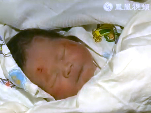 Chinese Newborn Baby Survives Car Accident and Being Catapulted from Womb