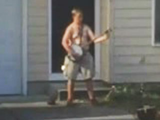 Man Halts Police Standoff to Play Banjo, Shirtless (VIDEO)