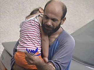 Refugee Dad Receives $170,000 in Donations After Pictured with Daughter Selling Pens on the Street