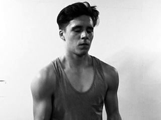 'See Brooklyn Beckham Pump Iron in This Weightlifting Selfie' from the web at 'http://img2-3.timeinc.net/people/i/2015/news/151123/brooklyn-beckham-01-320.jpg'