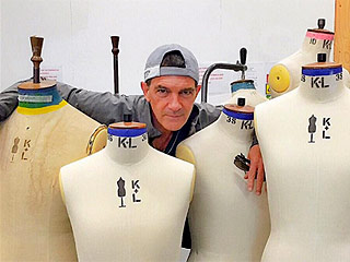 'Antonio Banderas: The Hardest Thing About Going to Fashion School Is the Sewing!' from the web at 'http://img2-3.timeinc.net/people/i/2015/stylewatch/blog/151123/antonio-banderas-320x240.jpg'