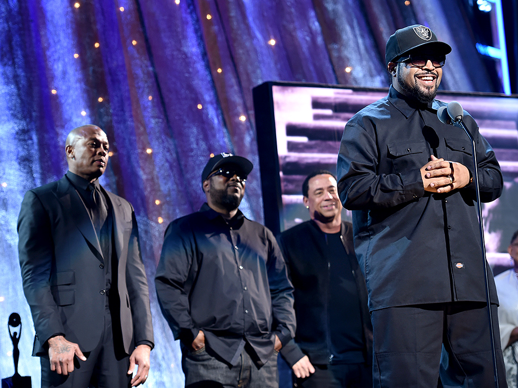ice cube thanks family during 2016 rock and roll hall of. Black Bedroom Furniture Sets. Home Design Ideas