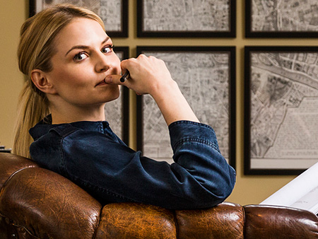 "Jennifer Morrison's Living Room Is a Rustic ""Spanish Revival"" Dream"