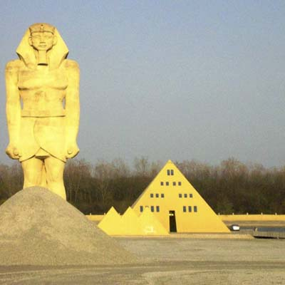 a pyramid-shaped house with giant King Tut statue on the side in Gurnee, IL
