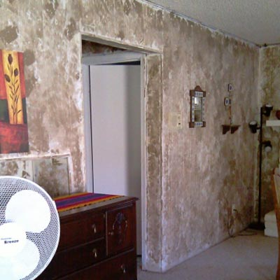 ugly family room with brown sponge painted walls