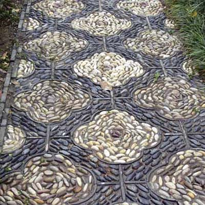 repeating, runner-like pattern creates this walkways mosaic design
